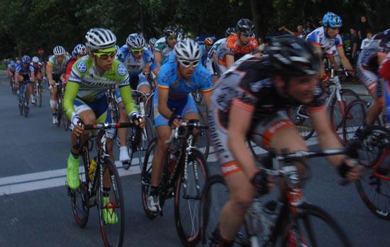 Les 76 cyclistes inscrits à la course Pro élite ont tout donné pour mériter la victoire. (Photos: Philippe Boisvert)