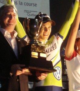 Guillaume Boivin s'est vu remaître la Coupe du maire par Claude Dauphin.