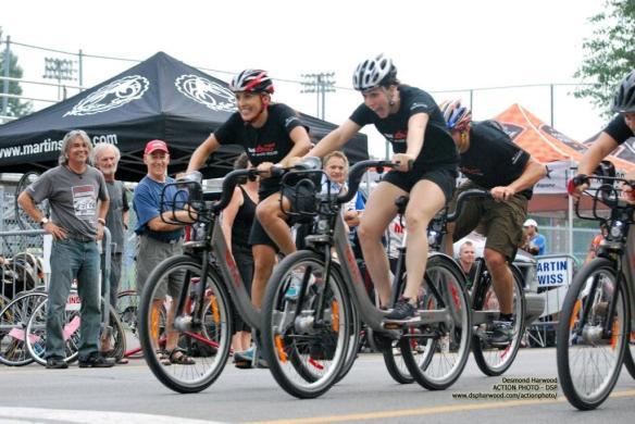 Le sprint final a été très serré comme nous le montre cette photo prise en plein action. (CP: Desmond Harwood)