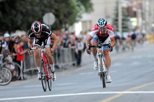 Gilbert (à droite) a devancé Gauthier (à gauche) au final (Robert Wilson - Mardis Cyclistes)